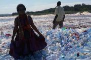"""RDC: une """"banquise"""" de bouteilles en plastique flotte sur le fleuve Congo à Kinshasa"""